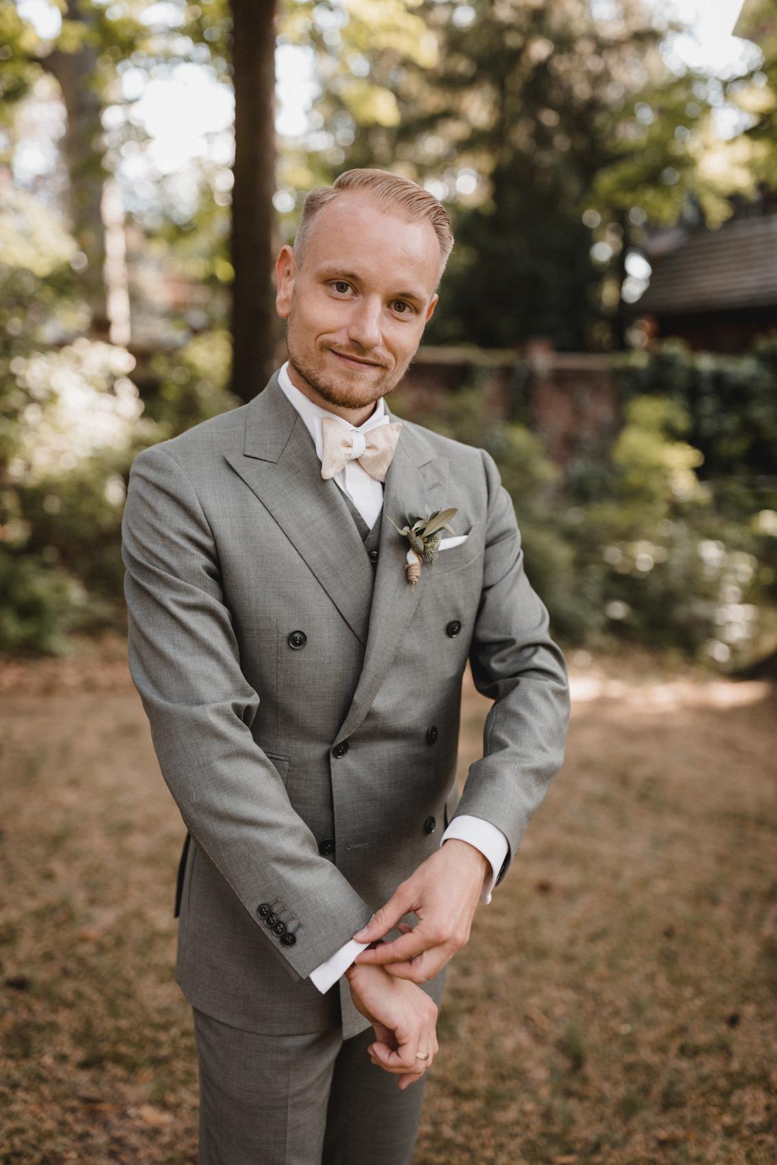 Der Bräutigam mit seinem Graugrünen Zweireiher