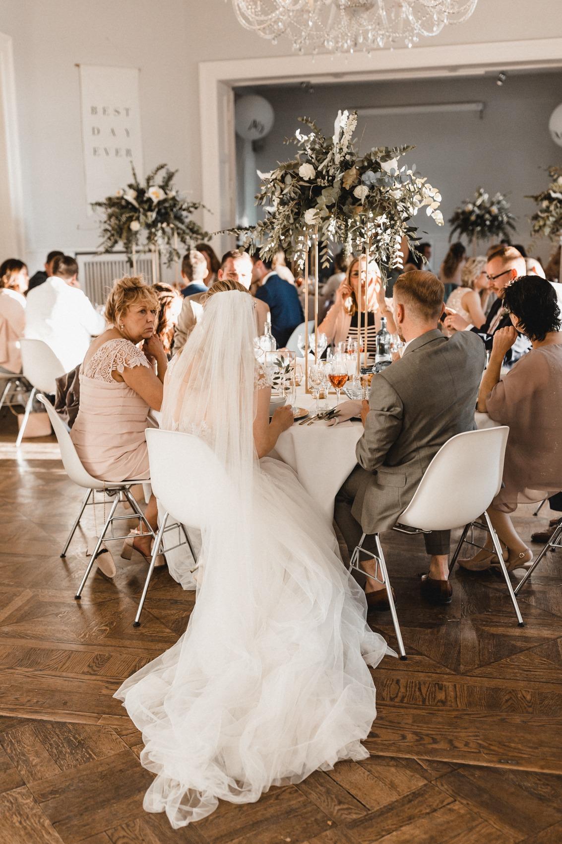 Die Hochzeitsgesellschaft in der Villa am Wannsee Berlin mit runden Tischen und herausragenden Centerpieces