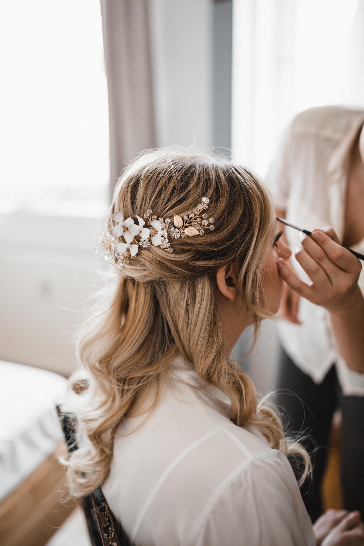 Getting Ready mit halboffenen Haaren und floralem Haarschmuck