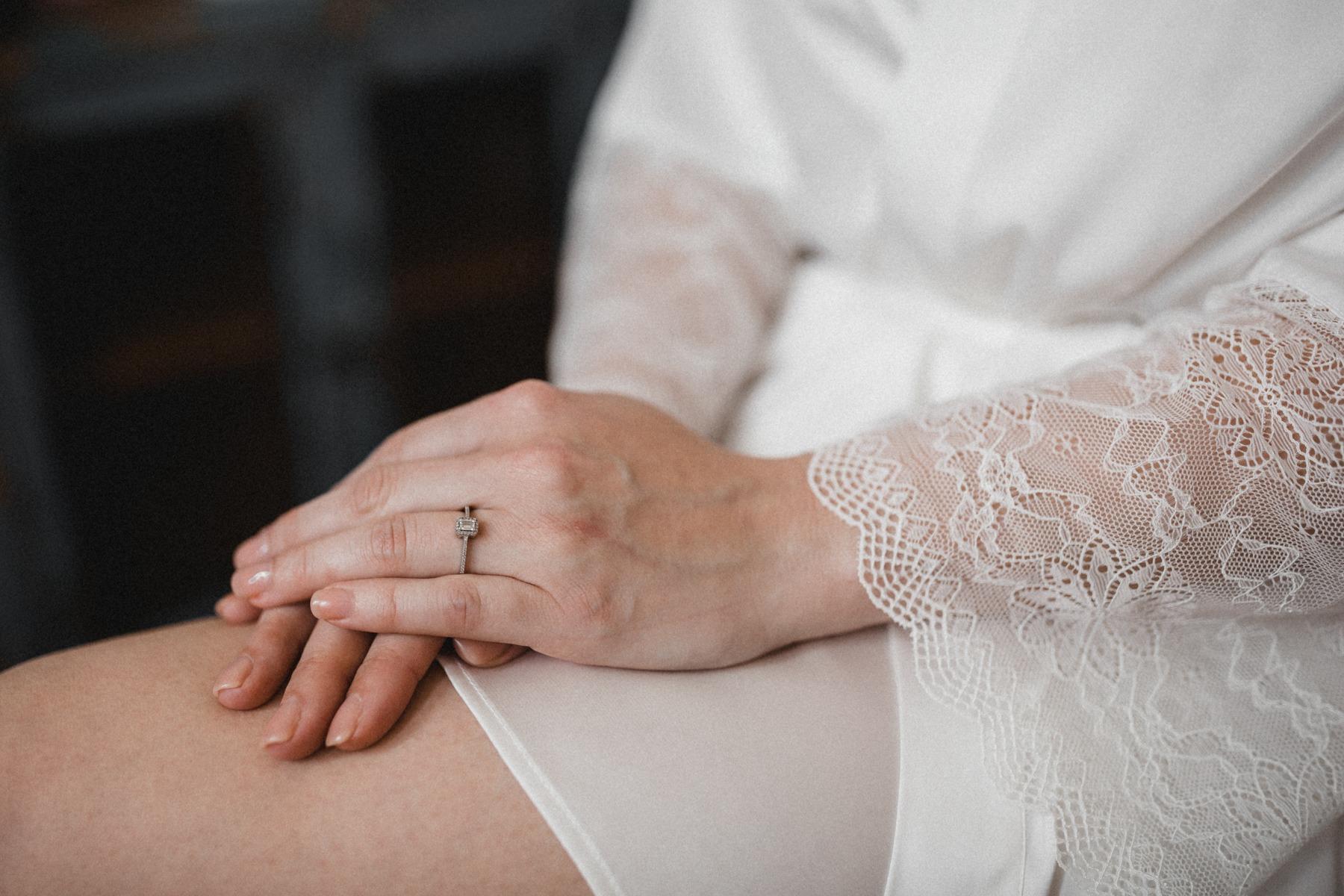 Getting Ready der Braut am Hochzeitstag: Die natürliche Gel-Maniküre in Zartrosa und mein Verlobungsring noch (!) an der linken HandDie natürliche Gel-Maniküre in Zartrosa und mein Verlobungsring noch (!) an der linken Hand
