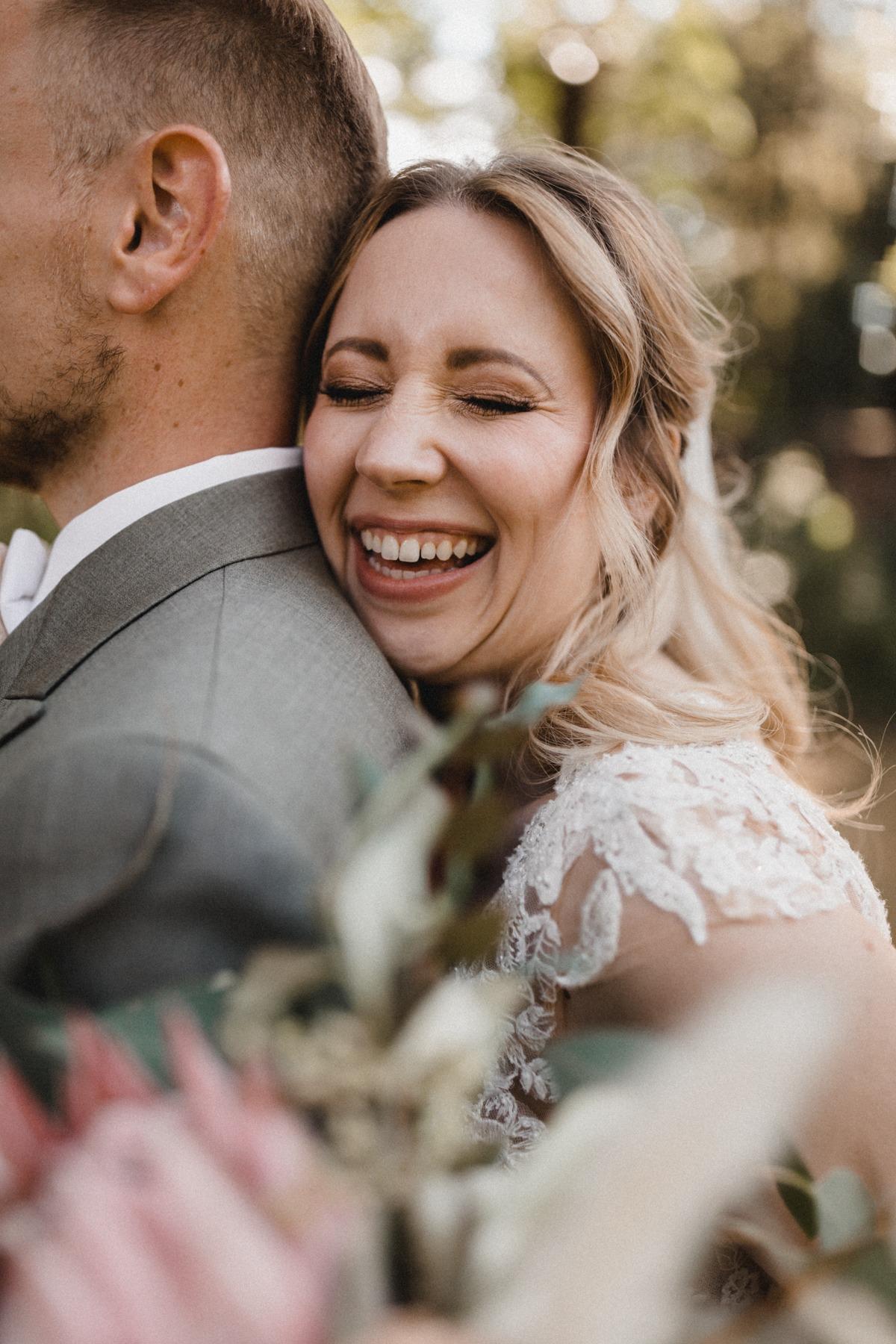 Brautpaar Paarshooting zur Hochzeit mit lächelnder Braut und stolzem Bräutigam