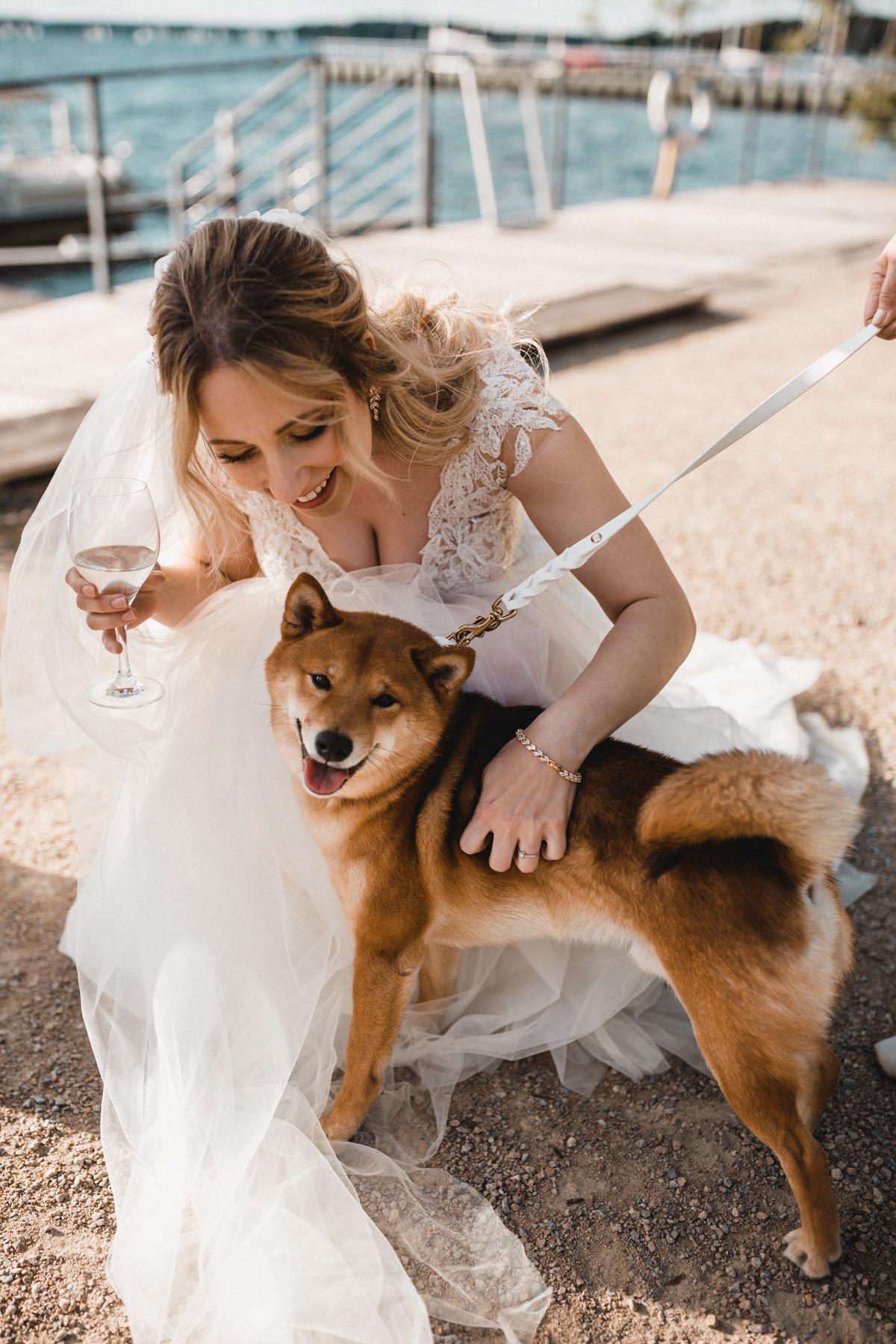 Hochzeit mit Hund. Die Braut zusammen mit ihrem Shiba Inu am Großen Wannsee in Berlin