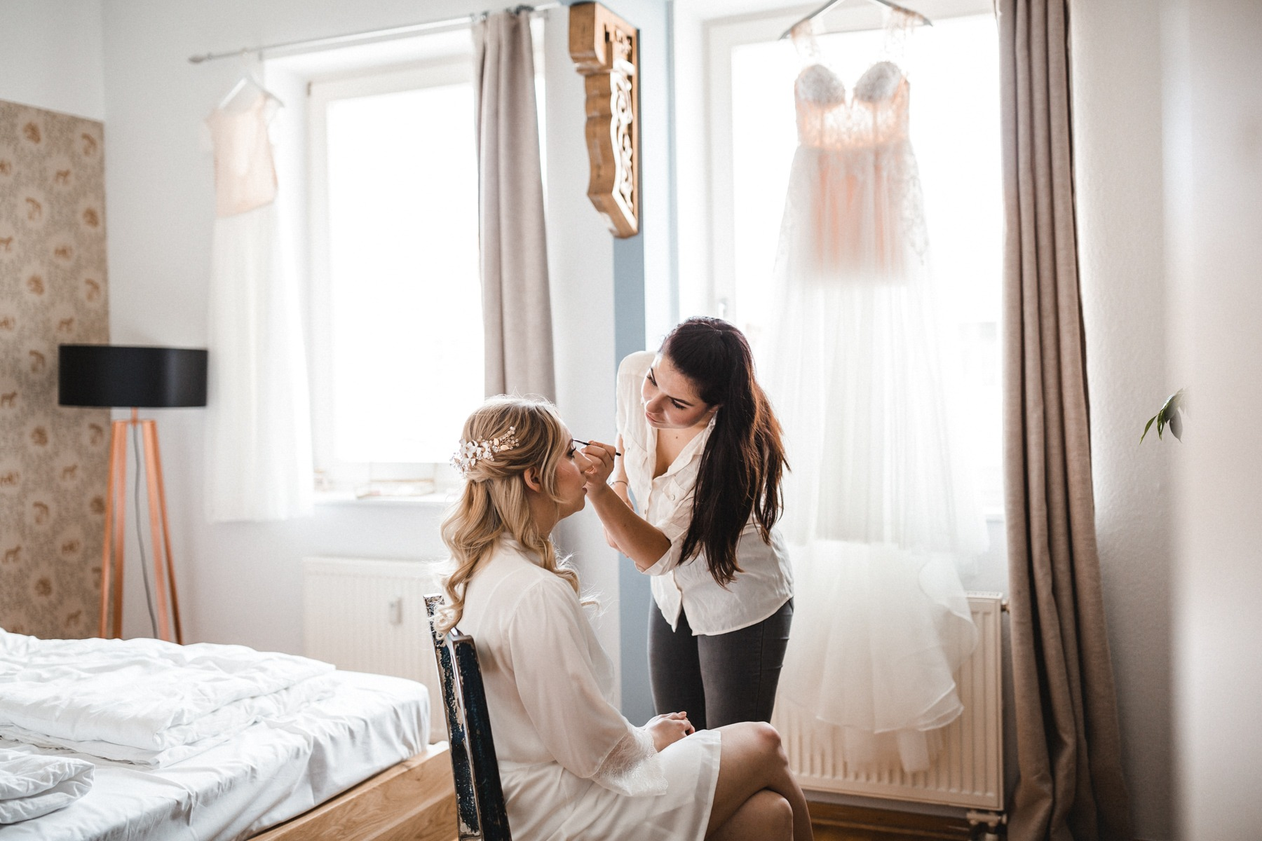 Getting Ready der Braut mit Stylistin am Hochzeitsmorgen