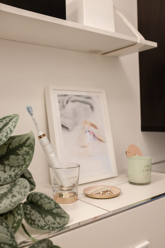 Die Sonicare DiamondClean Zahnbürste in Roségold im Badezimmer