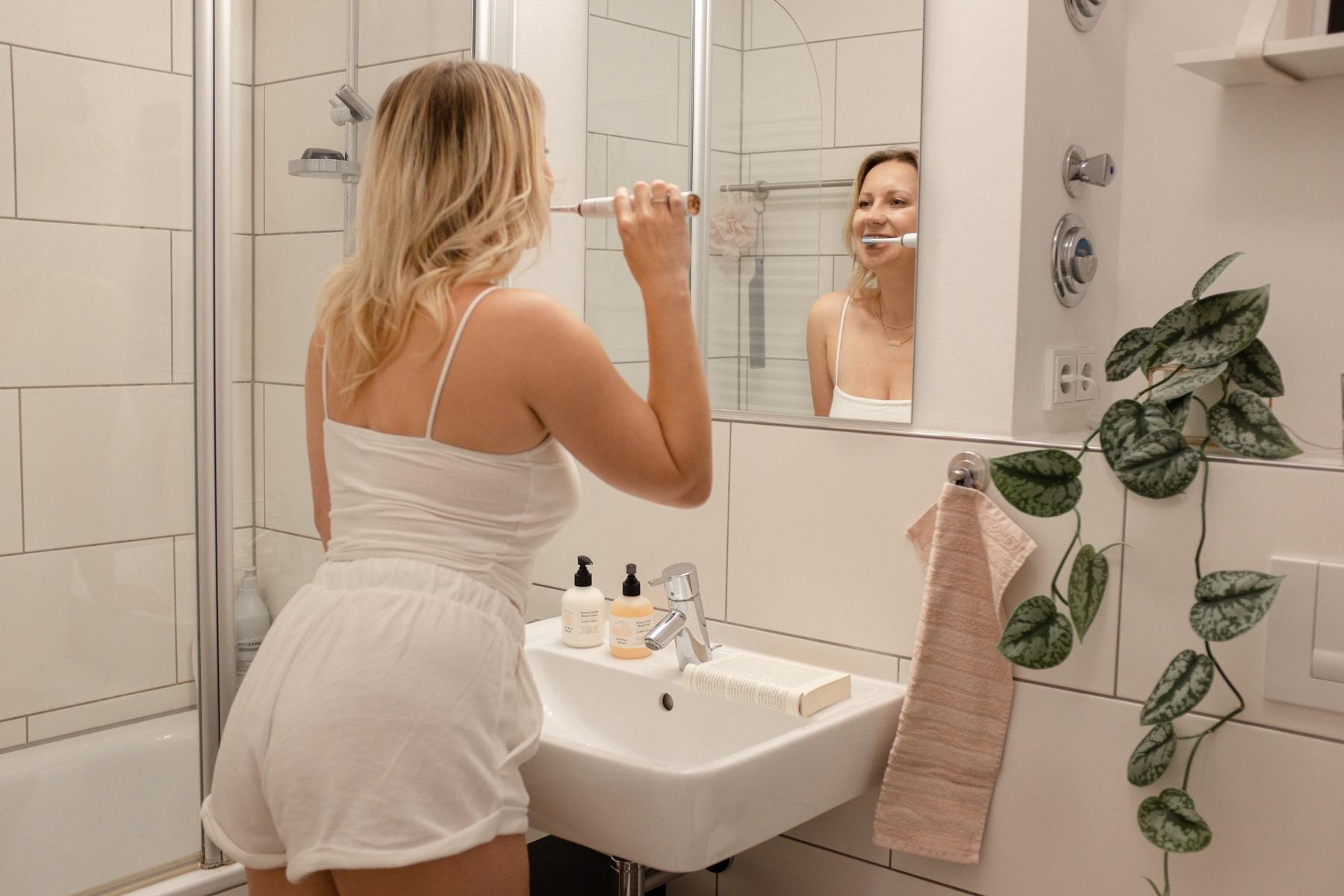 Beim Zähne putzen mit der Sonicare Diamond Clean von Philips