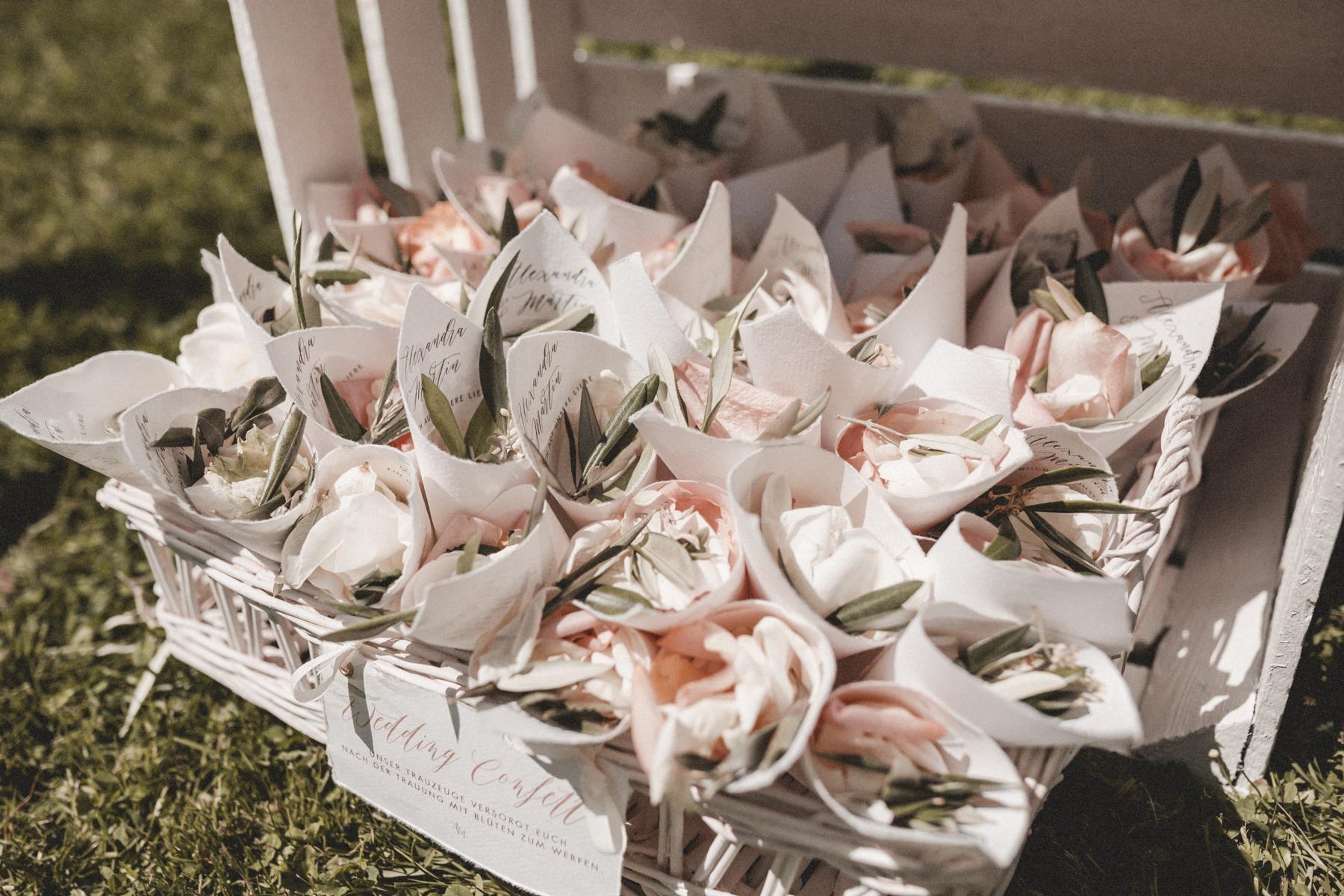 """Wedding Confetti: Blütentüten mit unseren Namen und dem Spruch """"Ein Hoch auf die Liebe"""""""