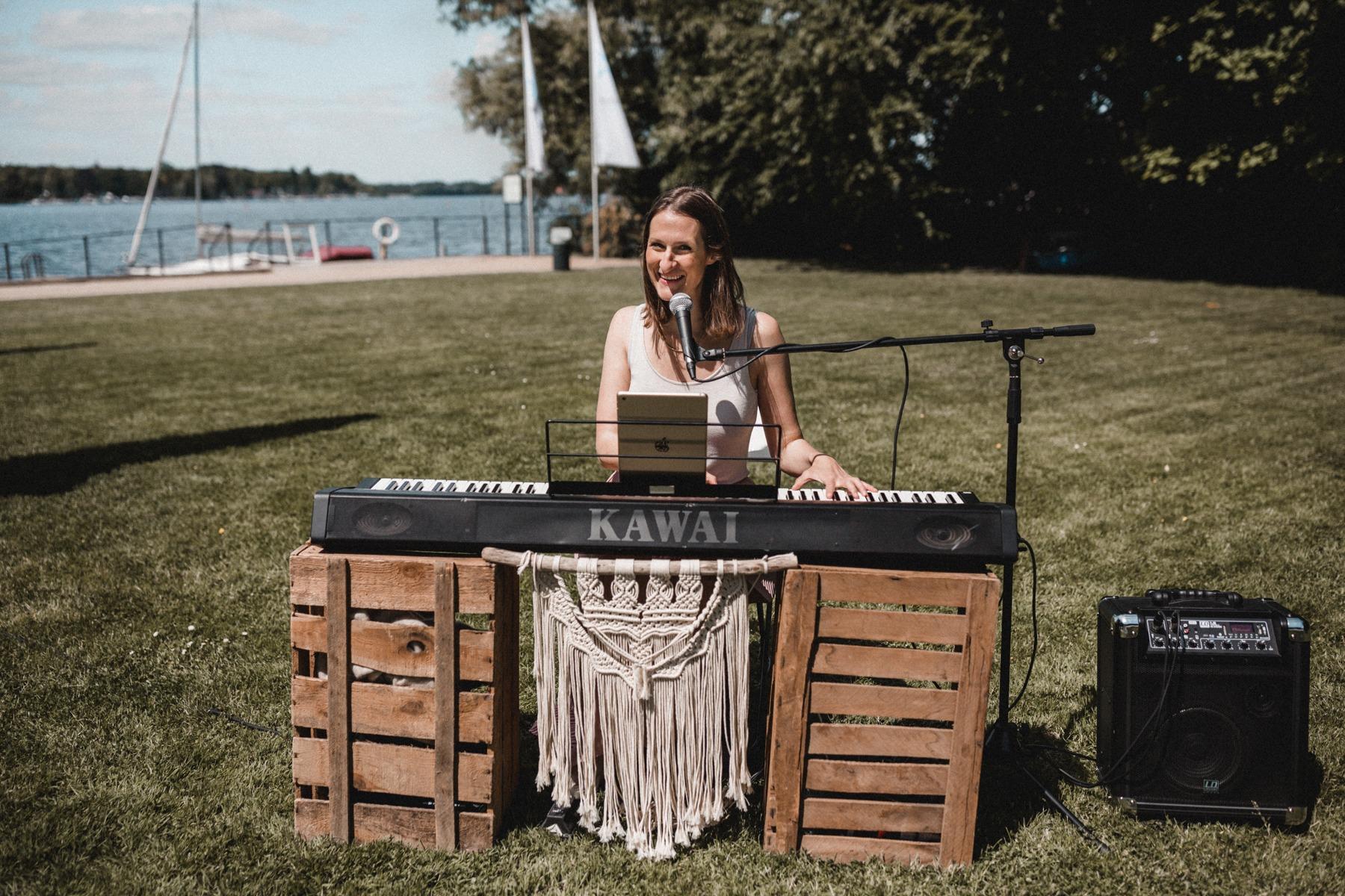 Unsere Sängerin Andrea Chilf von dear you am Piano