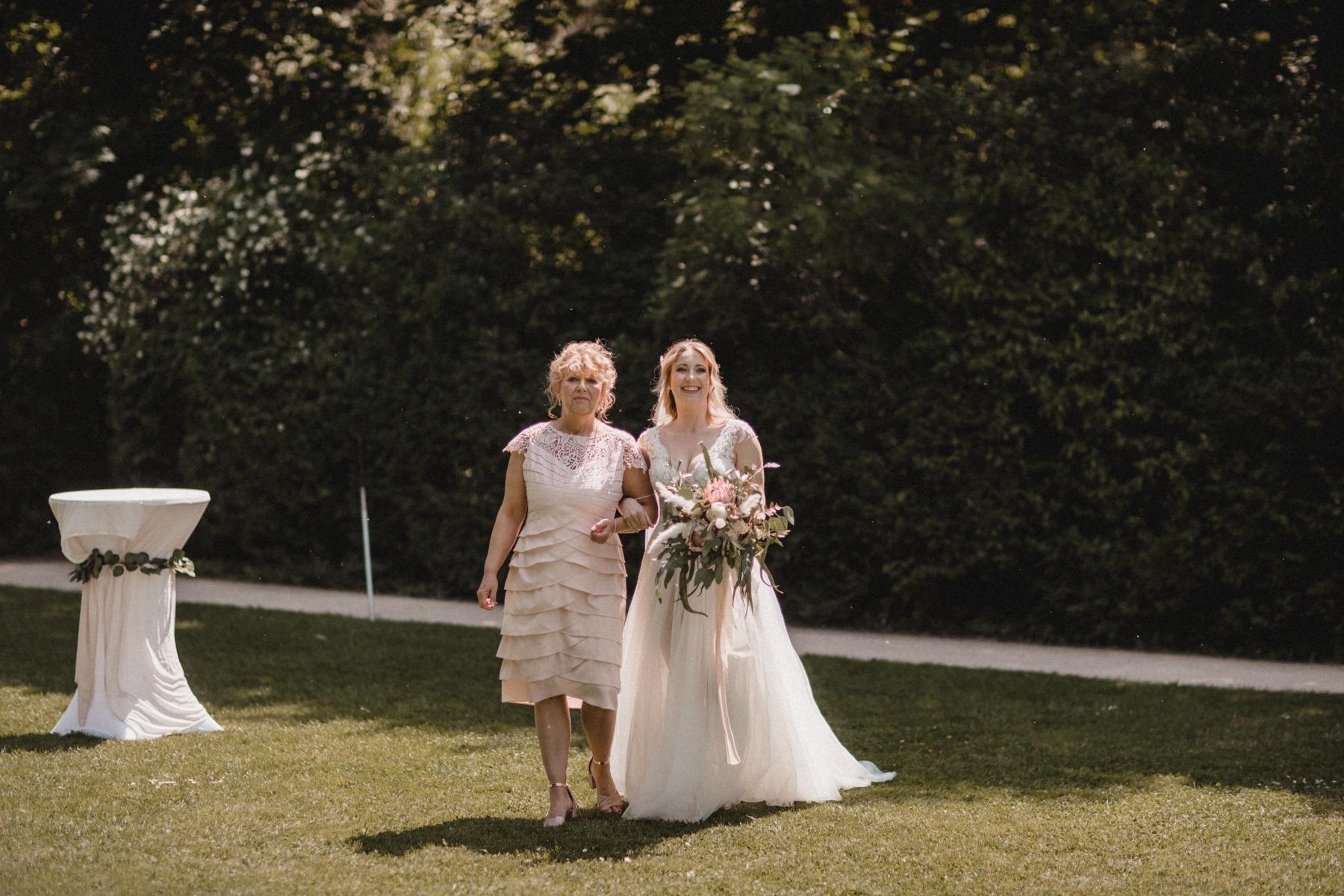 Meine Mama und ich auf dem Weg zum Altar