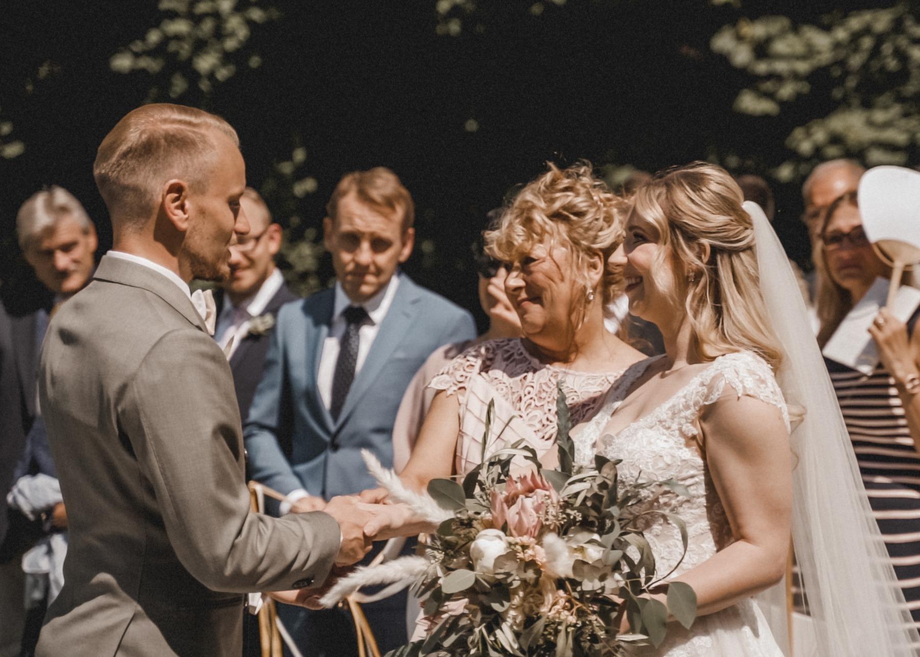 Die freie Trauung und die Übergabe der Braut von der Mama zum Bräutigam