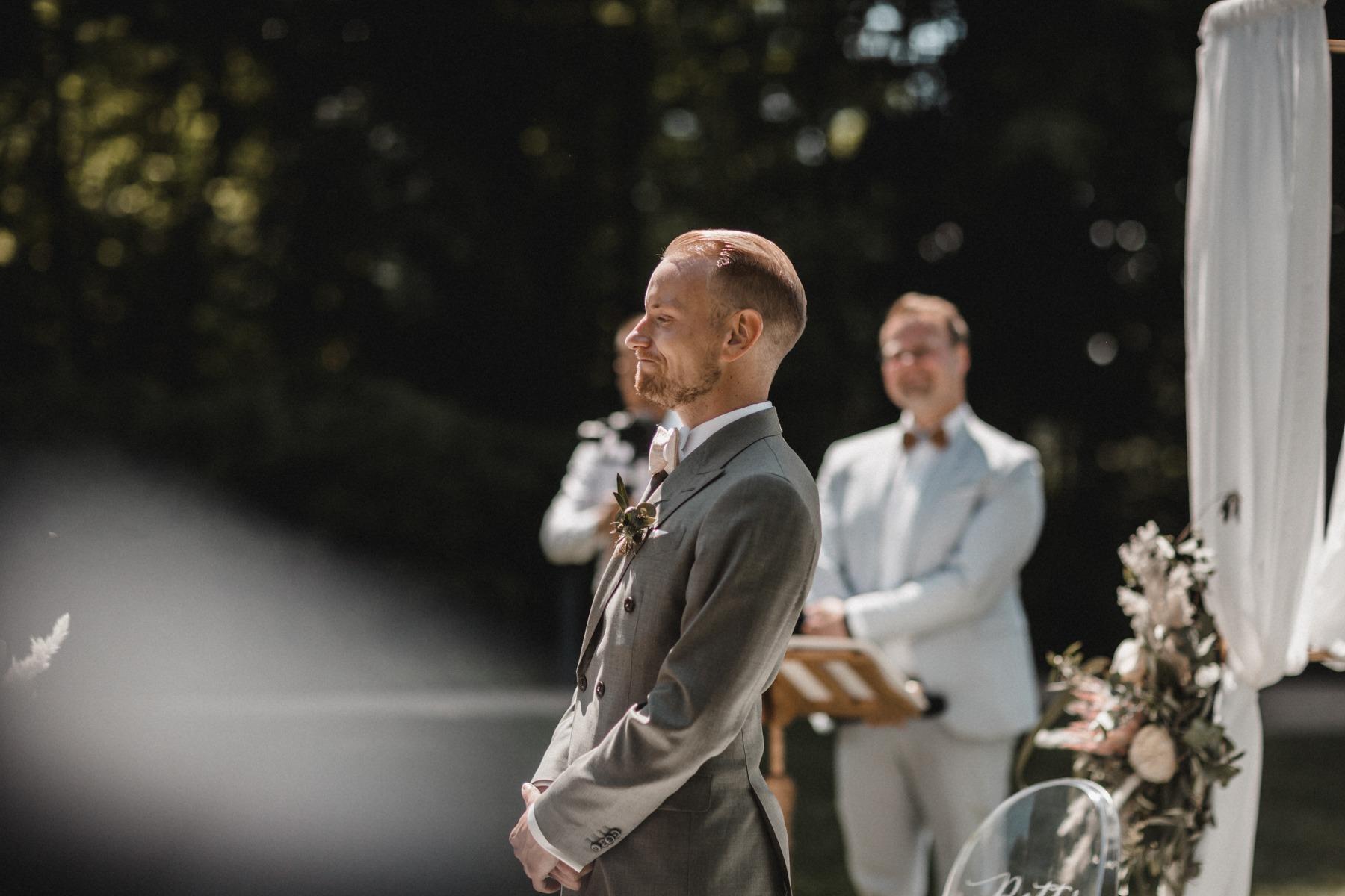 Der stolze Bräutigam beim Warten auf die Braut