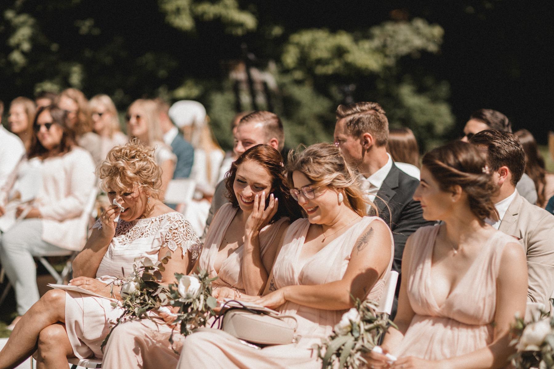 Tränen bei der Brautmama und der Trauzeugin bei der Zeremonie