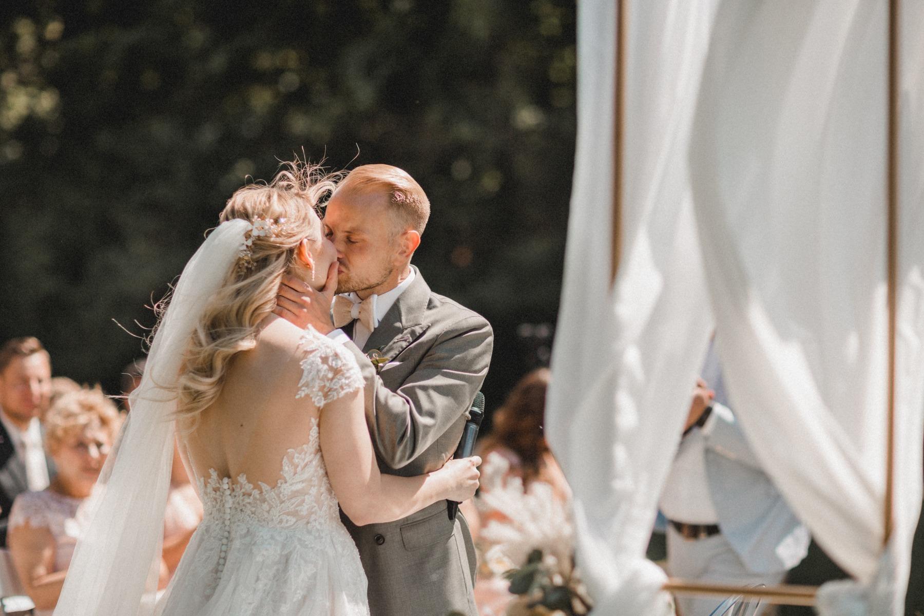 Der erste Kuss nach dem Ehegelöbnis