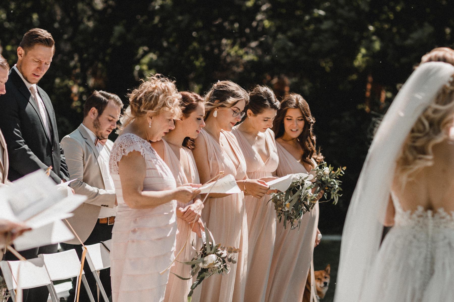 Brautmama, Trauzeugin und Brautjungfern beim Singen von dem Lied Roman von Philipp Poisel