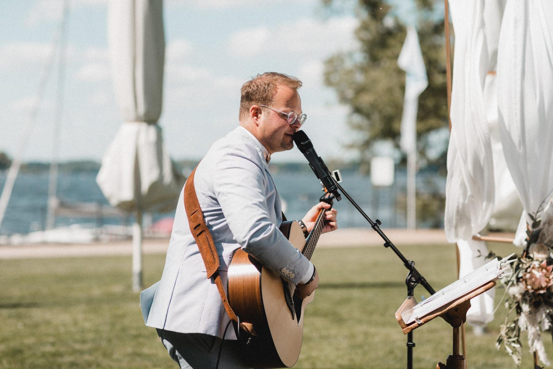 Unser Sänger Lukas Stifft an der Gitarre