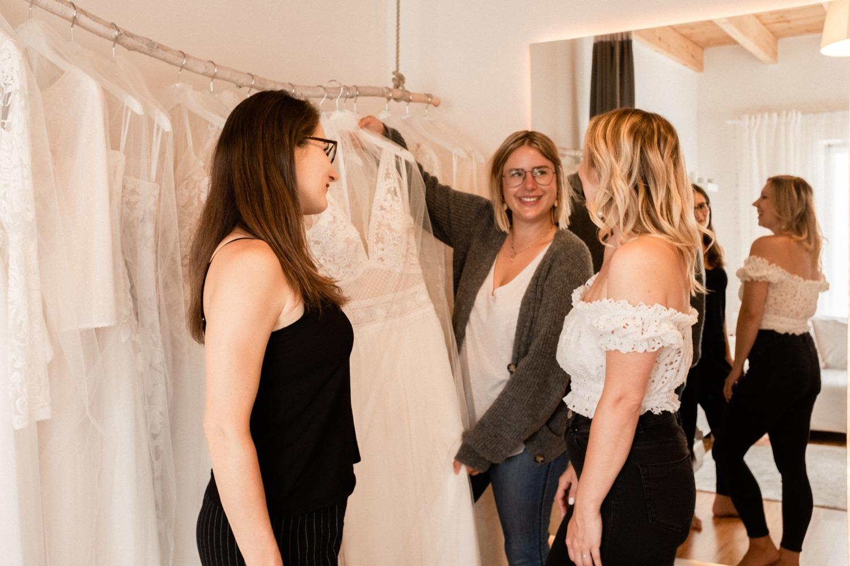 Braut und Bridal Crew beim Brautkleid kaufen