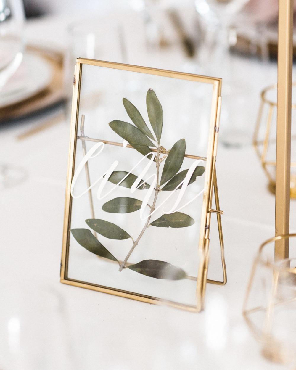 Die Bilderrahmen habe ich von einer ehemaligen Braut über eine Facebook-Hochzeitsverkaufsgruppe abgekauft und dann mit einem selbstgemachten Plott und getrockneten Oliven verschönert.