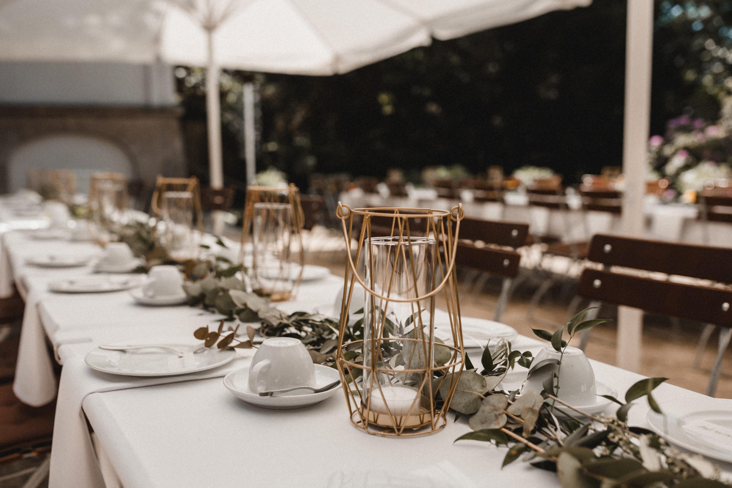 Zum Kaffee sollte es zwei lange Tafeln mit einer Eucalyptus-Oliven Girlande mit goldenen Elementen geben