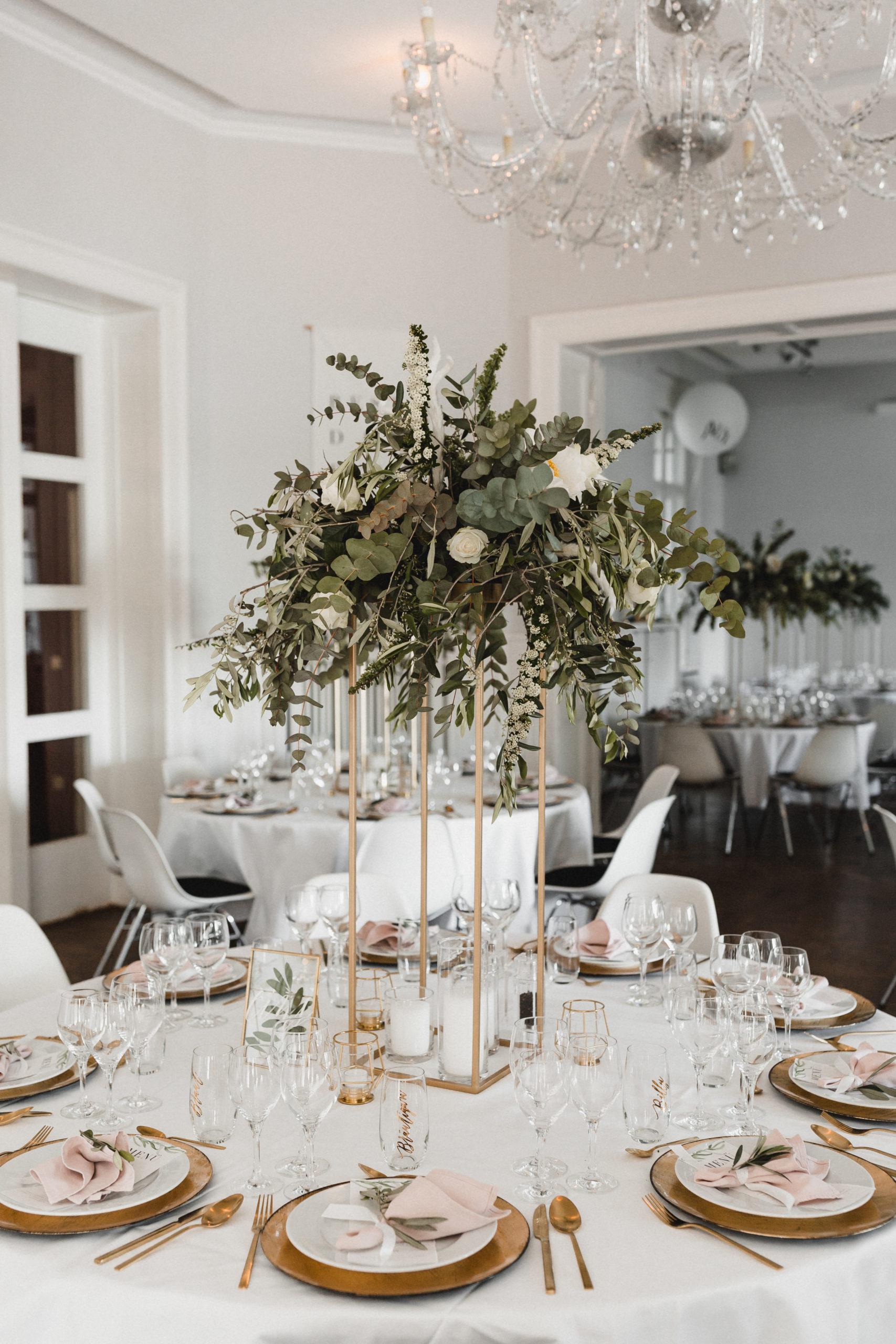 Das Table Setting hat mir bei der Hochzeitsdekoration besonders viel Spaß gemacht. Hier seht ihr die Kombination aus Centerpiece (DIY), der weißen, bodenlangen Tischdecke (Location), den rosa Leinenservietten von VonRock (Geliehen) und goldenem Besteck (Gekauft) und Untertellern (Geliehen von der Floristin).