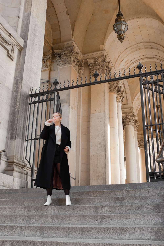 Frau mit Mantel im Winter vor dem Berliner Dom
