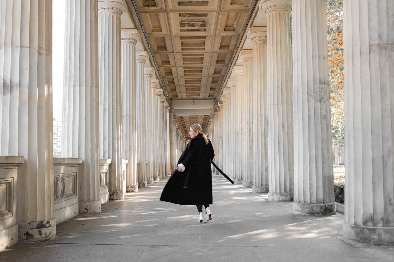 Frau mit Mantel auf der Museumsinsel Berlin