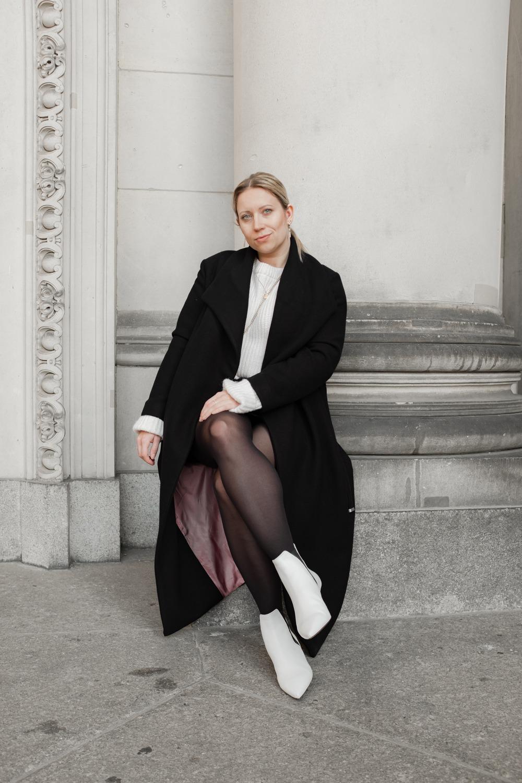 Sitzende Frau mit überschlagenen Beinen im Berliner Dom