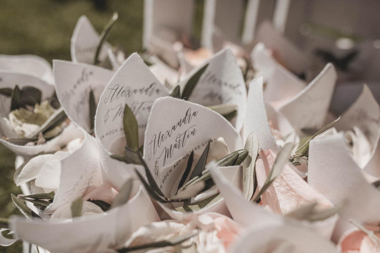 Naturbelassenes Konfetti für die freie Trauung: mit blushfarbenen Rosenblüten und Olivenblättern