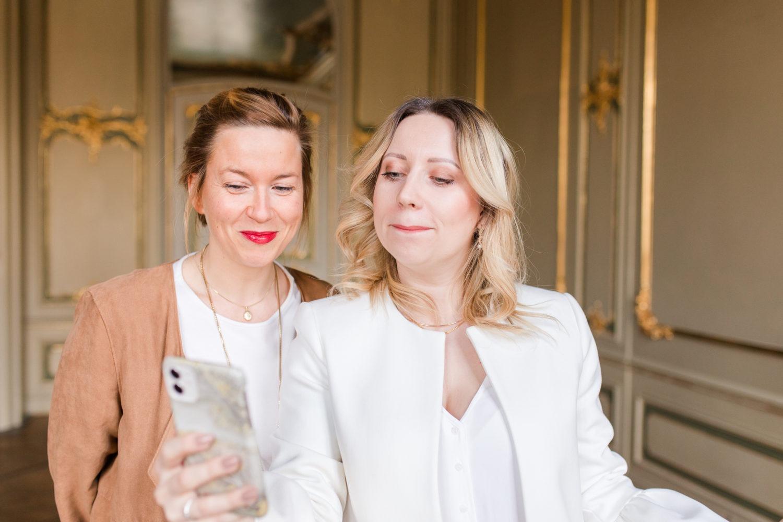 Zwei junge Frauen am Smartphone