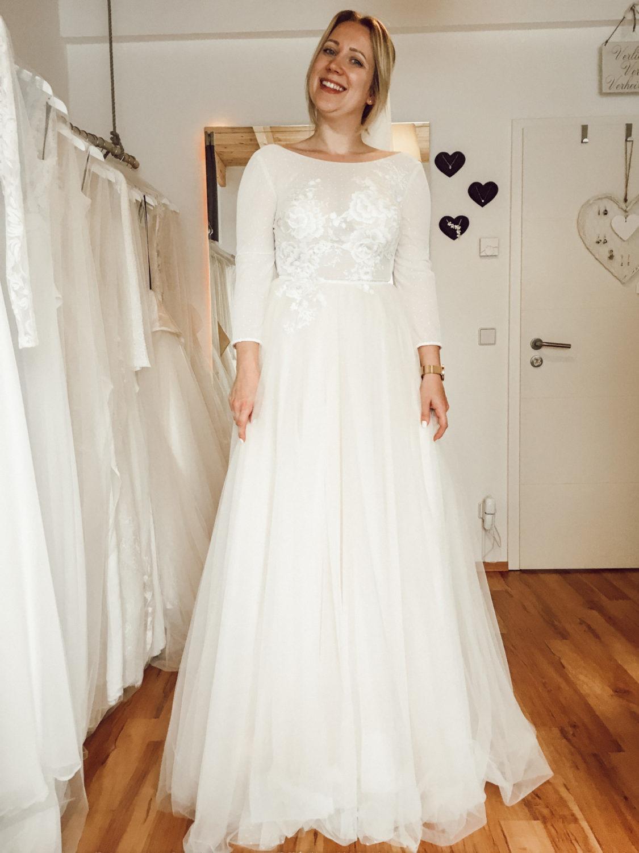 Feines Brautkleid mit langen Ärmeln im Brautzimmer