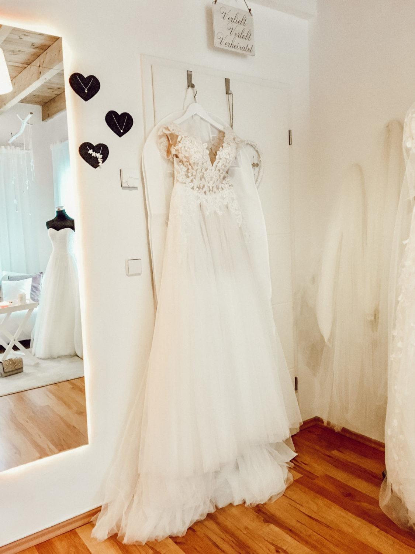 Brautkleidsuche Brautkleid hängend im Brautzimmer Berlin