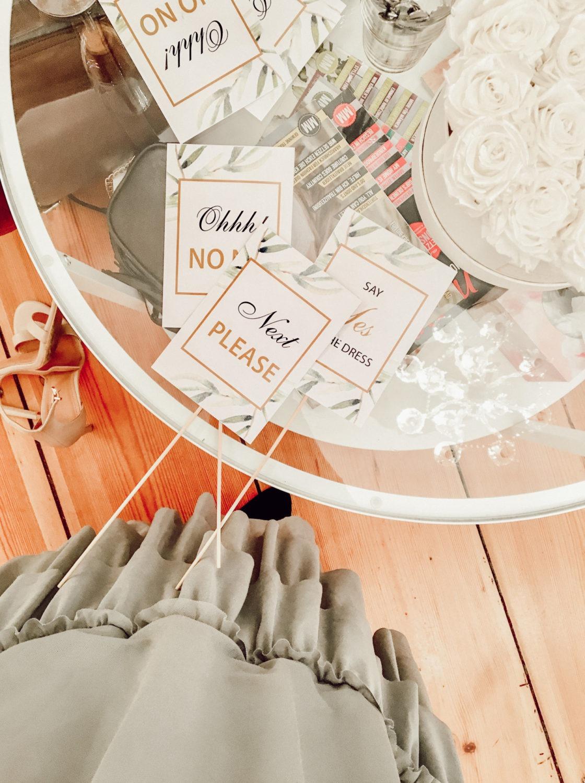Say Yes to the Dress Schilder für die Brautkleidsuche