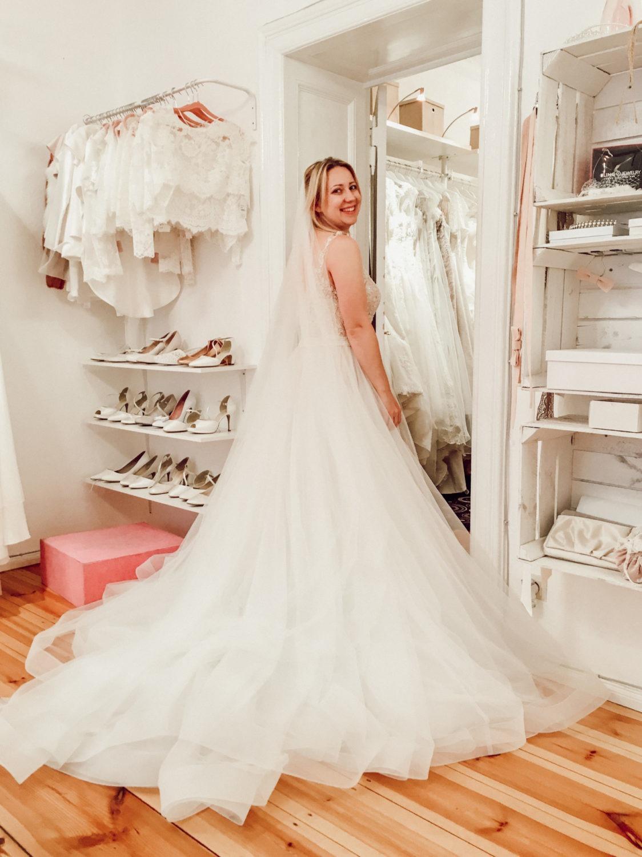 Brautkleidsuche mit riesiger Schleppe als Highlight