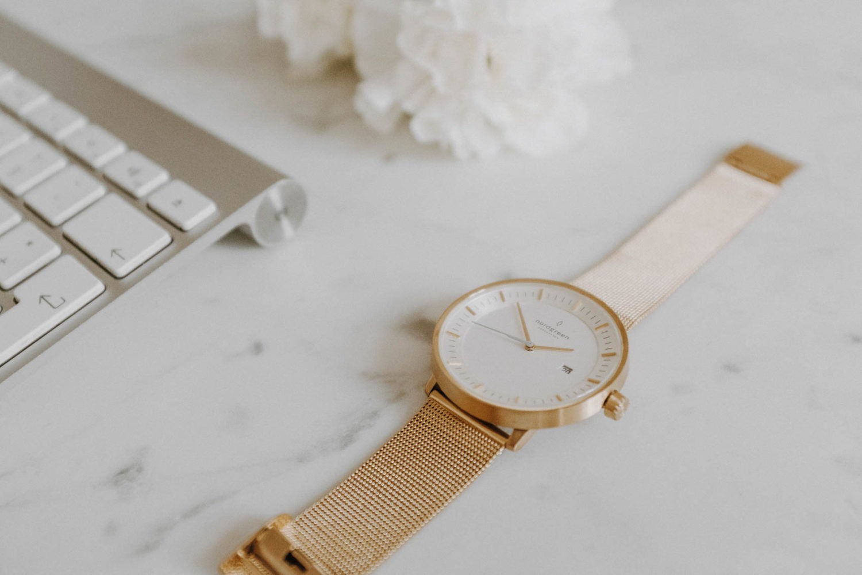 Marmor Schreibtisch mit Nordgreen Armbanduhr und Tastatur für erfolgreiches Pinterest Marketing