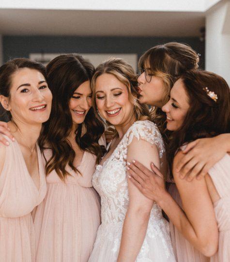 Die Braut und ihre Brautjungfern beim Getting Ready am Hochzeitstag